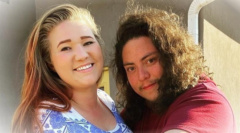 Sorelle mogli Mykelti Brown e suo marito che si adattano allaWEUqBiU 1